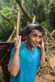 Khasi mężczyzna niesie tradycyjnego bambusowego kosz w Meghalaya stanie, India obraz royalty free