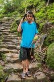 Khasi-Mann mit einem Papageienhaustier, das traditionellen Bambuskorb in Meghalaya-Zustand, Indien trägt lizenzfreies stockfoto
