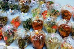 Khawkang, kangthung, khangtook ταϊλανδική τσάντα λέξης του κάρρυ, ταϊλανδικά τρόφιμα οδών στην τσάντα στην επαρχία αγοράς στοκ φωτογραφία με δικαίωμα ελεύθερης χρήσης