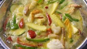 Kheiyw verde di Kaeng del curry hwan con alimento tailandese per riso o le tagliatelle di riso cotto a vapore Alimento tailandese fotografie stock libere da diritti