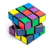 KHERSON, UCRANIA - 17 DE JULIO DE 2014: Cubo del ` s de Rubik encendido Imágenes de archivo libres de regalías