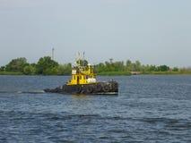 Kherson Ukraina - Juni 5, 2014: En gammal sovjetisk bogserbåt på den Dnieper floden Arkivfoto