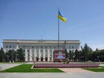 Kherson Ukraina - Juni 6, 2014: Sikt av frihetsfyrkanten på en ljus solig dag Arkivfoto