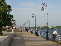 Kherson Ukraina - Juni 5, 2014: Sportfiskare som fiskar på den Dnieper floden Arkivbild