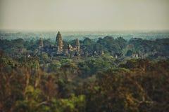 khimer寺庙的美丽的景色从高度的鸟` s飞行暹粒,柬埔寨 免版税图库摄影