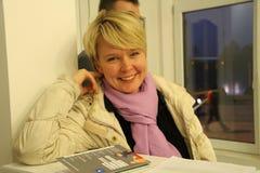 Khimki反对在一次参观期间的Evgeniya Chirikova的市长的候选人到其中一个投票站 免版税库存照片