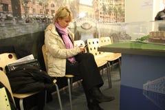 Khimki反对派领导人在一次参观期间的叶夫根尼娅Chirikova的市长的候选人到其中一个投票站 免版税库存图片