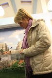 Khimki反对Evgeniya Chirikova的市长的候选人写关于侵害的怨言一致投票站 库存图片