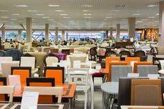 Khimki,俄罗斯- 9月03 2016年 不同的表和椅子在盛大最大的家具店 免版税库存图片