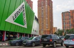 Khimki,俄罗斯- 9月12 2016年 停放在李洛埃默林-法国人商店网络前面居家和庭院的 库存图片