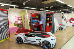 Khimki,俄罗斯- 2月13 2016年 儿童的床以汽车,最大的名牌货商店的形式在盛大家具购物的 免版税库存照片