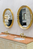 Khimki,俄罗斯- 9月03 2016年 卖富有的水龙头和有益健康的商品在盛大最大的家具店 免版税库存照片