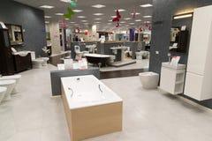Khimki,俄罗斯- 9月03 2016年 卖浴和其他有益健康的商品在盛大最大的家具店 库存图片