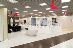 Khimki,俄罗斯- 9月03 2016年 卖浴和有益健康的商品在盛大最大的家具店 图库摄影