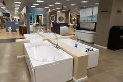 Khimki,俄罗斯- 9月03 2016年 卖浴和有益健康的商品在盛大最大的家具店 库存照片
