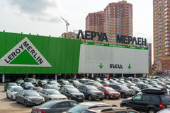 Khimki,俄罗斯- 9月12 2016年 在李洛埃默林-居家和庭院的网络商店前面的大停车处 库存照片