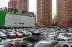 Khimki,俄罗斯- 9月12 2016年 在李洛埃默林-法国人商店网络前面的大停车处居家和庭院的 库存图片