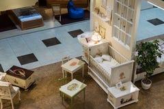 Khimki,俄罗斯- 2月13 2016年 在盛大家具购物的儿童的家具,最大的名牌货商店 图库摄影