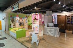 Khimki,俄罗斯- 2月13 2016年 在盛大家具购物的儿童的家具,最大的名牌货商店 库存照片