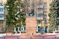 Khimki,俄罗斯- 11月21 2016年 对列宁, 1917在中心广场的革命的组织者的纪念碑 库存图片