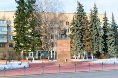 Khimki,俄罗斯- 11月21 2016年 对列宁, 1917在中心广场的革命的组织者的纪念碑 免版税库存图片