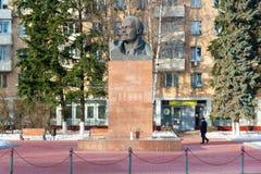 Khimki,俄罗斯- 11月21 2016年 对列宁, 1917在中心广场的革命的组织者的纪念碑 免版税库存照片