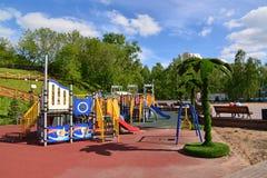 Khimki,俄罗斯- 5月30 2017年 儿童的游乐场在左岸的公园 免版税图库摄影