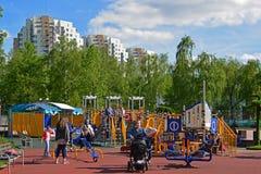Khimki,俄罗斯- 5月30 2017年 儿童的游乐场的人们 库存图片