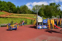 Khimki,俄罗斯- 5月30 2017年 儿童的游乐场的人们 库存照片
