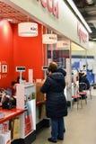 Khimki,俄罗斯- 3月08 2018年 在售票处附近的人们在商店Mvideo 库存照片