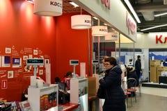 Khimki,俄罗斯- 3月08 2018年 在售票处附近的人们在商店Mvideo 图库摄影