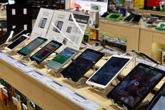 Khimki,俄罗斯- 3月08 2018年 在购物中心同盟的商店Mvideo压片个人计算机 免版税图库摄影