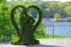 Khimki,俄罗斯- 5月30 2017年 蝴蝶雕塑和孔雀在公园Eco支持 库存照片