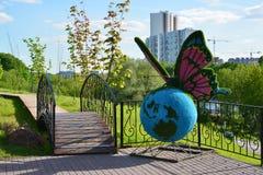Khimki,俄罗斯- 5月30 2017年 蝴蝶雕塑在公园Eco岸的 库存照片
