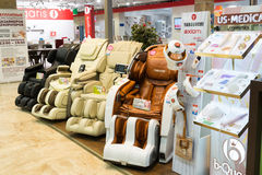 Khimki,俄罗斯- 9月03 2016年 按摩在盛大最大的家具店的椅子山口 图库摄影