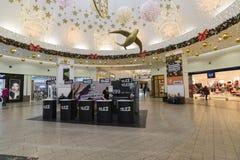 Khimki,俄罗斯- 2015年12月22日 兆大的购物中心的移动运营商Tele2 免版税库存图片