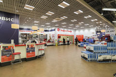 Khimki,俄罗斯- 2015年12月22日 卖电子和家用电器的内部Mvideo大连锁店 库存图片
