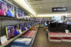 Khimki,俄罗斯- 2015年12月22日 在卖电子和家用电器的Mvideo大连锁店的电视 库存照片