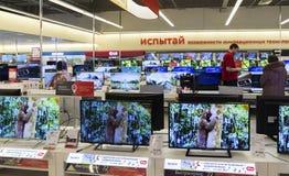 Khimki,俄罗斯- 2015年12月22日 在卖电子和家用电器的Mvideo大连锁店的电视 库存图片