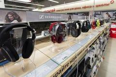 Khimki,俄罗斯- 2015年12月22日 在卖电子和家用电器的Mvideo大连锁店的耳机 库存图片