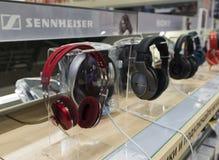 Khimki,俄罗斯- 2015年12月22日 在卖电子和家用电器的Mvideo大连锁店的耳机 图库摄影