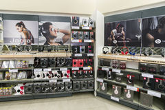 Khimki,俄罗斯- 2015年12月22日 在卖电子和家用电器的Mvideo大连锁店的耳机 免版税库存照片