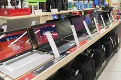 Khimki,俄罗斯- 2015年12月22日 在卖电子和家用电器的Mvideo大连锁店的膝上型计算机 库存图片