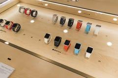 Khimki,俄罗斯- 2015年12月22日 在卖电子和家用电器的Mvideo大连锁店的苹果计算机手表 免版税库存图片