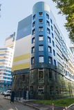 Khimki,俄罗斯9月03日 2016年 在蓝天背景的现代多层的居民住房  图库摄影