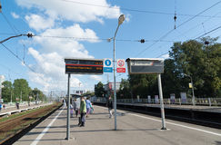 Khimki,俄罗斯9月03日 2016年 铁路平台的Kryukovo人们在Zelenograd 免版税库存照片