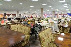 Khimki,俄罗斯- 9月03 2016年 昂贵的表和椅子在盛大最大的家具店 库存图片