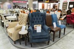 Khimki,俄罗斯- 9月03 2016年 昂贵的表和椅子在盛大最大的家具店 库存照片