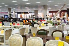 Khimki,俄罗斯- 9月03 2016年 许多表和椅子在盛大最大的家具店 库存照片