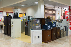 Khimki,俄罗斯- 9月03 2016年 许多金属化在盛大最大的家具店的保险柜 免版税图库摄影